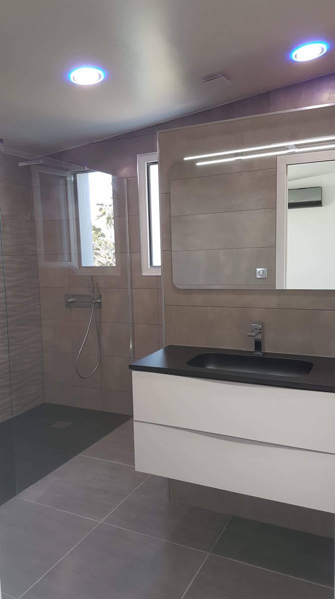 Réalisation d\'une salle de bain moderne avec douche à l ...